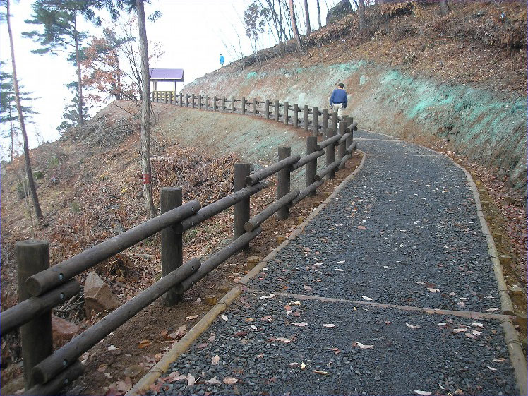 【丸太安全柵】 みんなをしっかりガード 山形県 三吉山