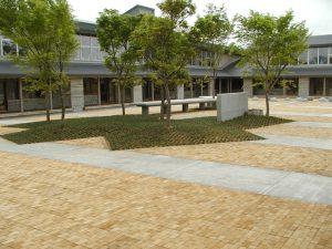 【木レンガ-栗材・レンガ張り】 山形県金山町 明安小学校中庭