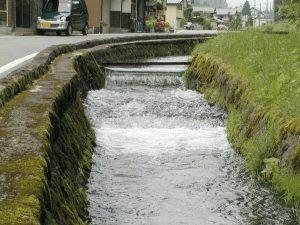【間伐浄化用セラ炭使用】 街入口の用水路の水質浄化 山形県 金山町大堰