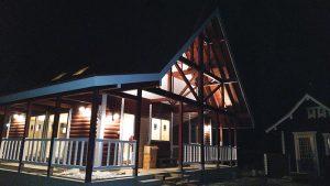 【ログハウス】 H邸 三角屋根と丸太柱が特徴の温か住宅(外観 夜)