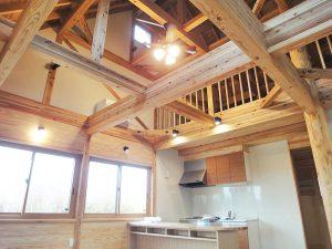 【ログハウス】 H邸 三角屋根と丸太柱が特徴の温か住宅(内観)