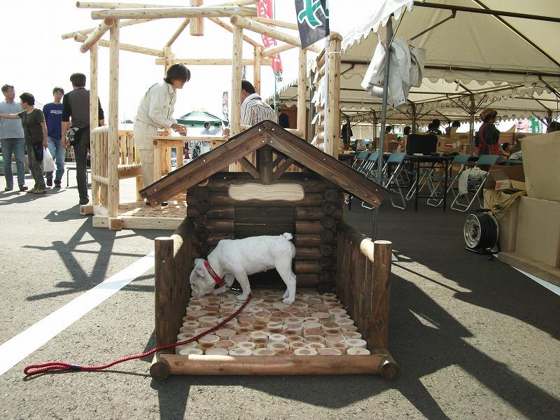 【ログドッグハウス】(犬小屋) 展示場にて