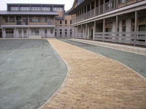 【インターウッド】 西川小学校中庭